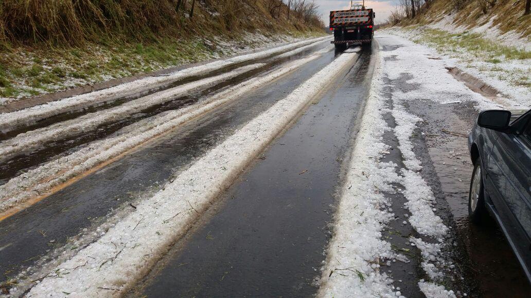 Chuva de granizo na segunda-feira em Pratápolis (MG) - Reprodução: Redes Sociais