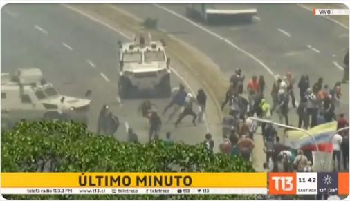 Blindados avançam contra multidão em Caracas - Foto: Tele13