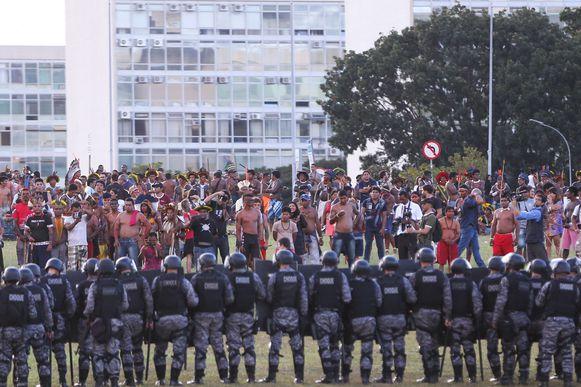 Índio e policiais entram em confronto em frente ao Congresso Nacional