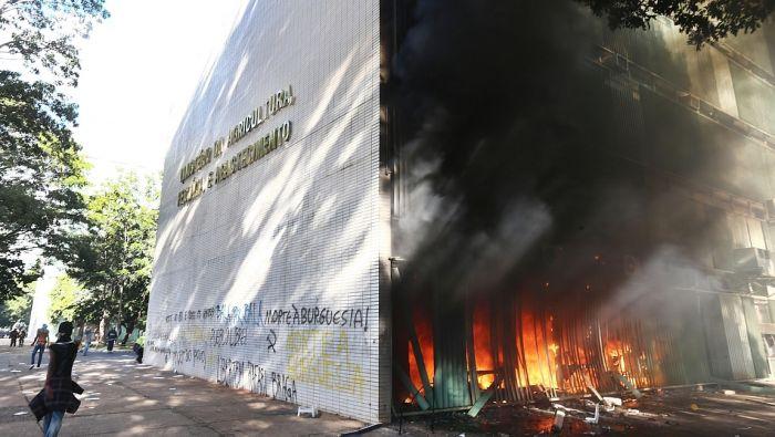 Manifestantes ateiam fogo ao Ministério da Agricultura em protesto contra o governo e as reformas. Foto: Wilton Junior/Estadão