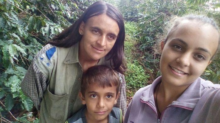 Angélica e seus dois filhos na lavoura em São Gonçalo do Sapucaí (MG) (Foto: Angélica Cunha)